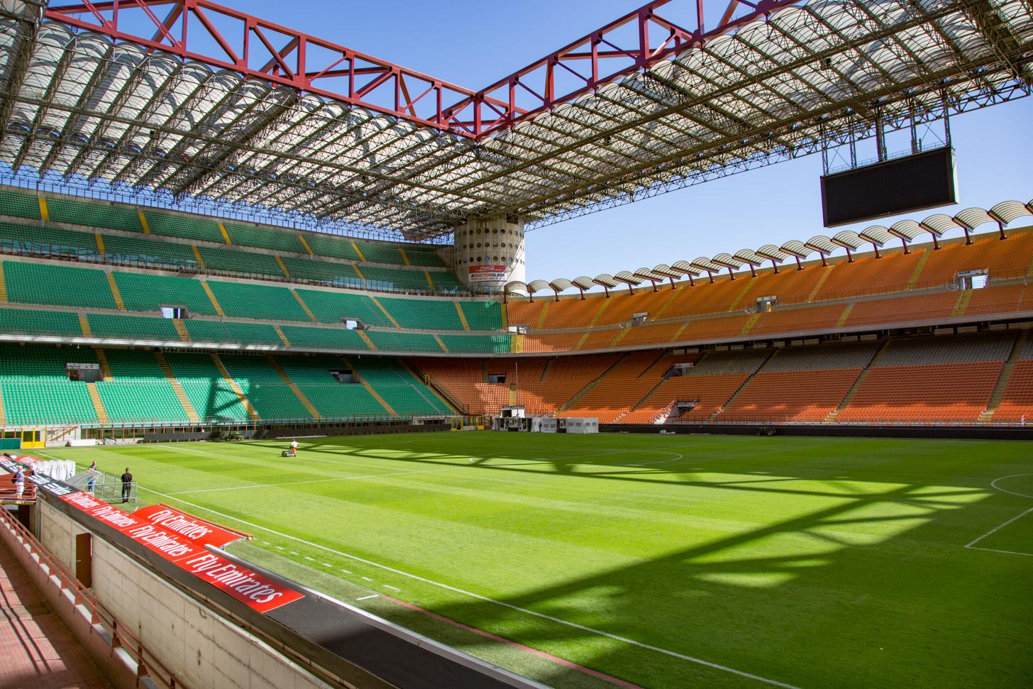 Het veld en de tribunes van het San Siro stadion in Milaan.