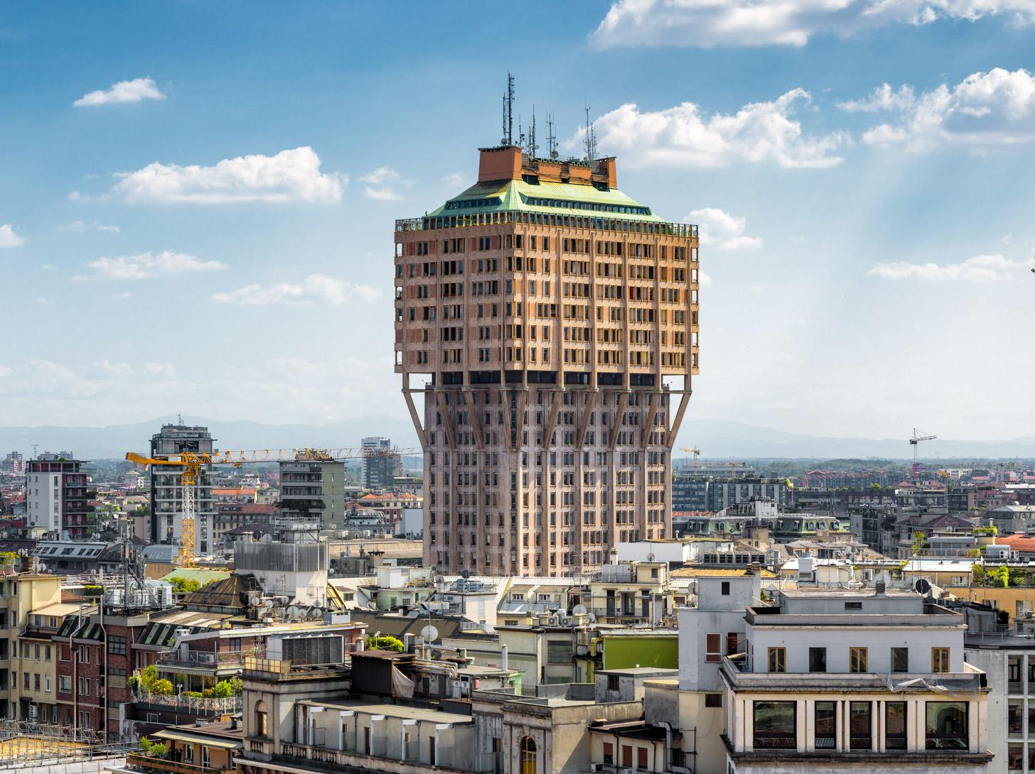 De Torre Velasca torent boven de rest van de gebouwen uit.