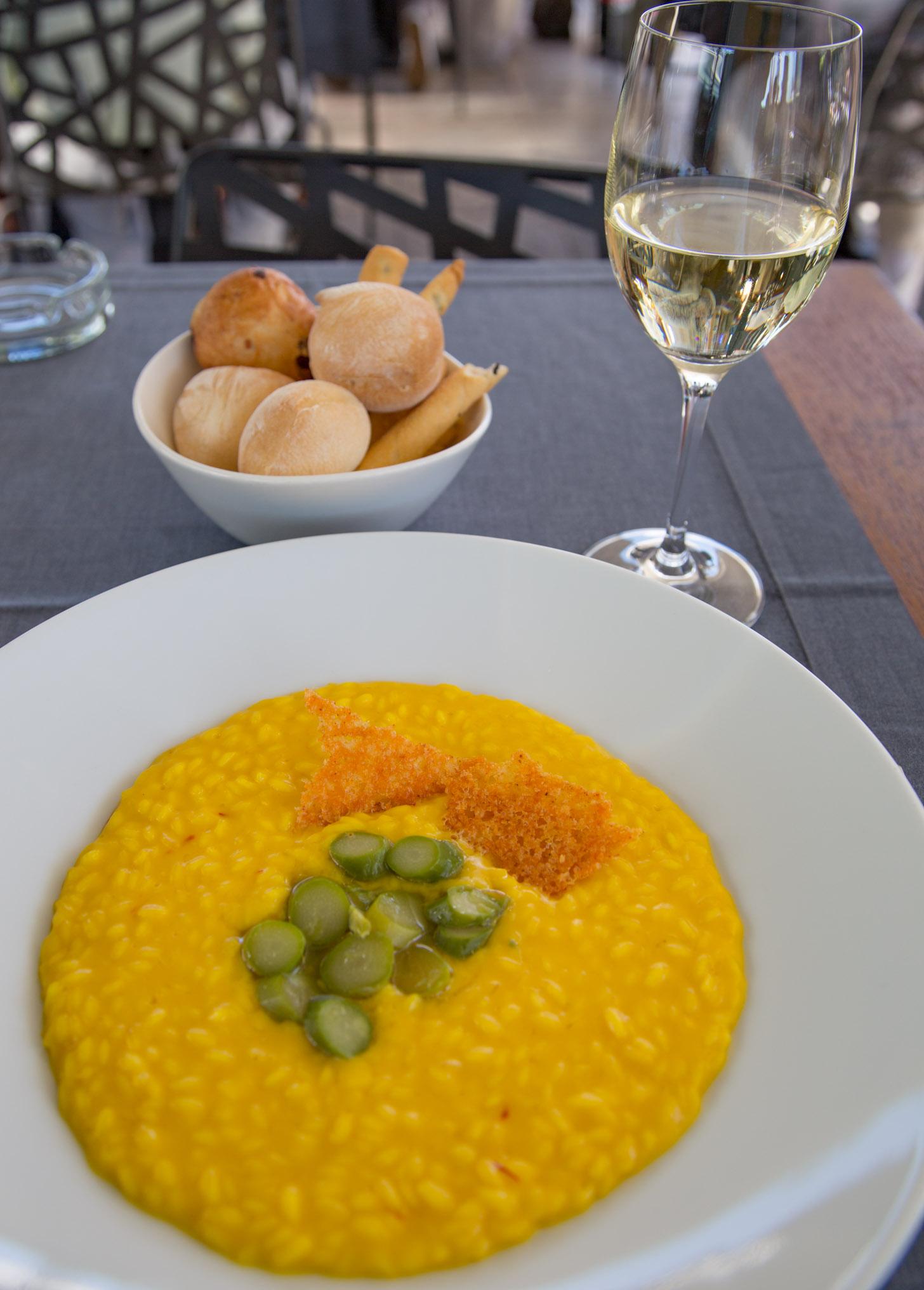 Heerlijk eten en drinken in Milaan: lokale risotto en een glas witte wijn